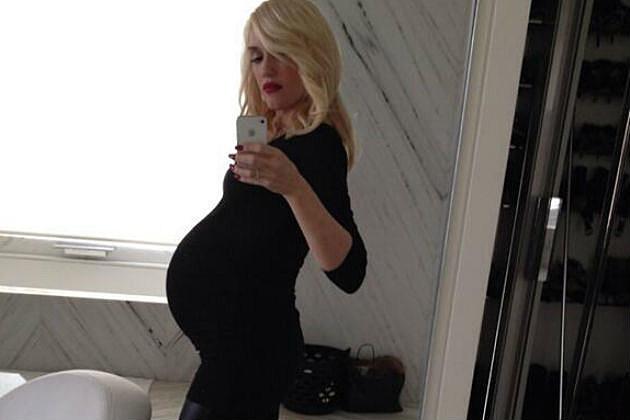 Gwen Stefani shows her off baby bump